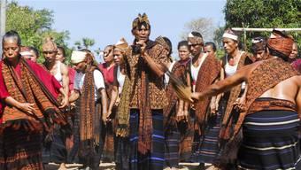 Bei Zeremonien und Festanlässen spielen Ikat-Textilien in Indonesien eine wichtige Rolle. SABINE WUNDERLIN TRANS TV FILMT GAWI-TANZ IN NGGELA. FILMISCHES PORTRAIT UEBER ALFONSA HORENG.
