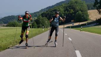 Barbara Cina (links) und Ursula Müller simulieren beim Aufstieg auf das Benkerjoch die Inline-Strecke vom Freitag und Sonntag. Fabian Kern
