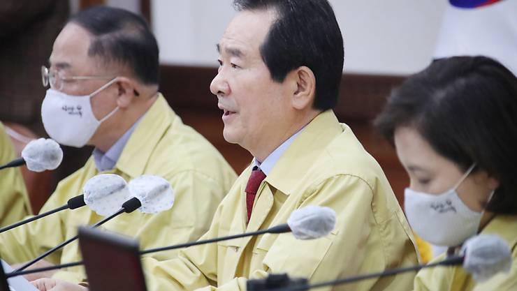 Südkorea verzeichnet erstmals seit Ausbruch der Coronakrise keine heimischen neu angesteckten Personen mehr. Im Bild der südkoreanische Premierminister Chung Sye-kyun (Mitte).