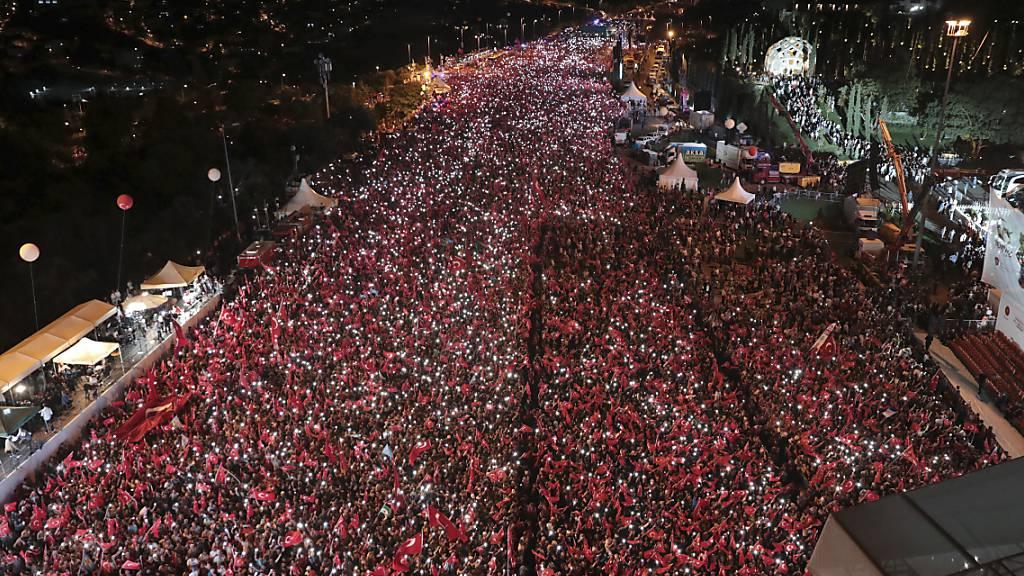 dpatopbilder - ARCHIV - 15.07.2018, Türkei, Istanbul: Tausende Menschen nehmen an einer Gedenkveranstaltung zum Jahrestag des Putschversuchs teil. Auch in diesem Jahr sind zum fünften Jahrestag des Putschversuches landesweit offizielle Gedenkveranstaltungen ausgerichtet worden. Foto: Uncredited/Presidency Press Service/AP/dpa