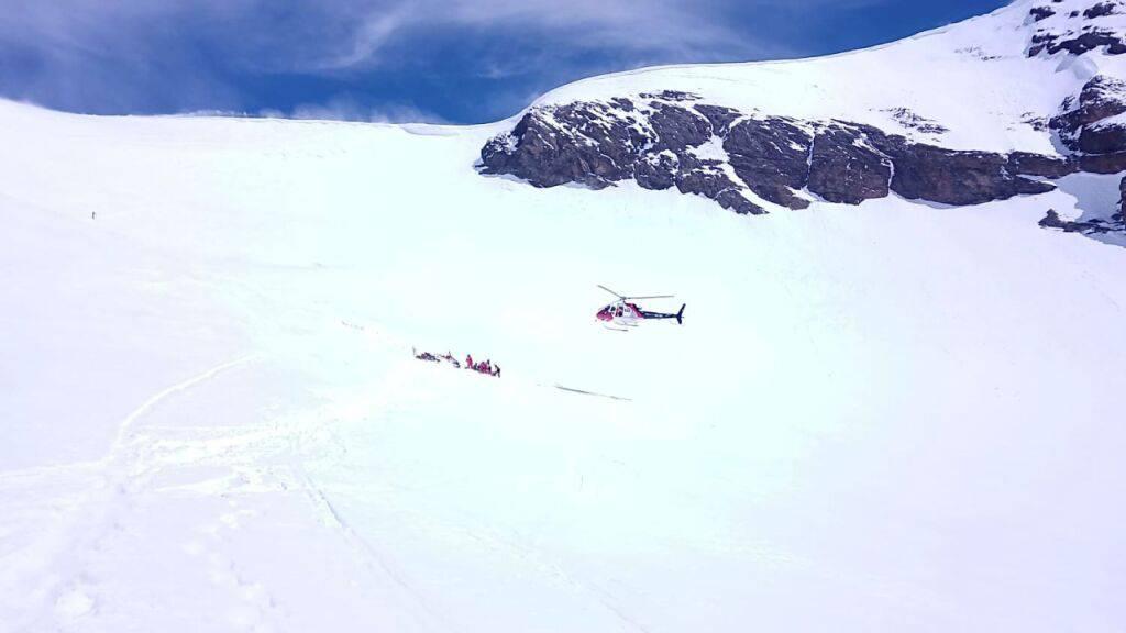 Beim Aufstieg zum Tödi brach eine Schneebrücke unter einem 43-jährigen Alpinisten ein: Rettungskräfte am Bifertenfirn.