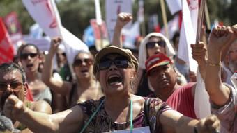 Demonstrierende fordern die Absetzung der Regierung und Neuwahlen
