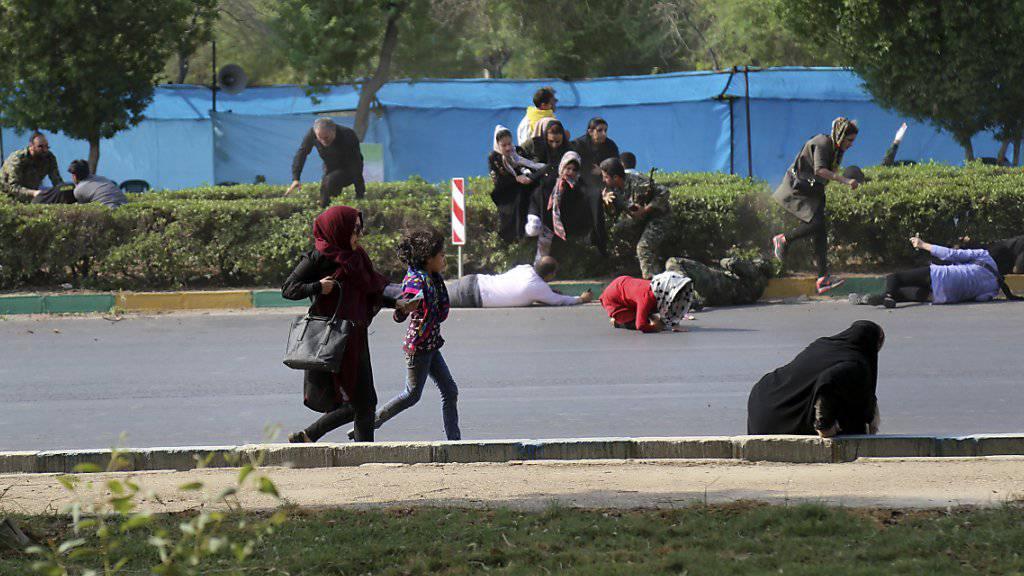 Nach einem Angriff auf eine Militärparade im Iran versuchen sich Zivilisten in Sicherheit zu bringen - mindestens 29 Menschen wurden getötet, dutzende weitere verletzt.