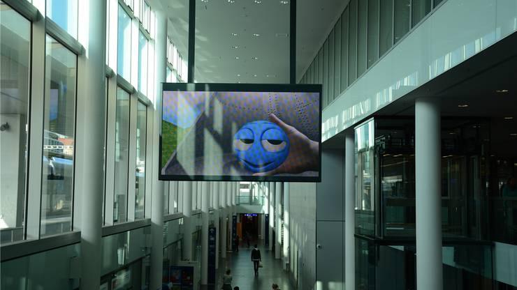 Die neue LED-Anzeigetafel der SBB im Bahnhof Aarau zeigt auf dieser Seite nur Werbung,
