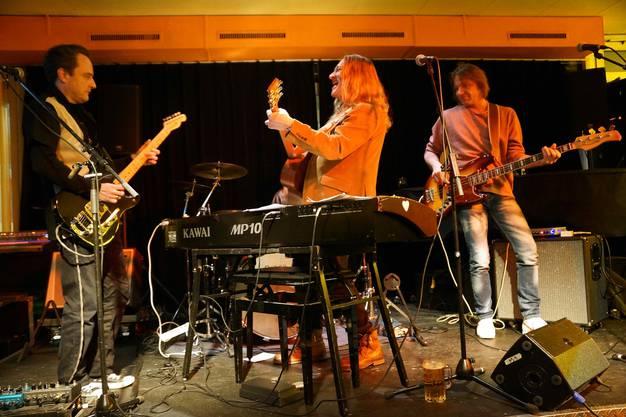 Brachten das Prima Vista zum Kochen  - Levi Bo mit seiner illustren Band bestehend aus Marc  Gerber (E-Gitarre), Pädu Ziswiler (Schlagzeug) und Markus Stephani (Bass) (Bild ub)2