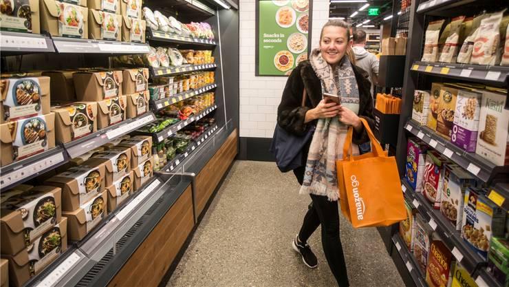 Mit den kassenlosen «Amazon Go»-Filialen will der US-Onlinehändler Einkaufsstrassen erobern. In der Schweiz sind noch keine Eröffnungen angekündigt.