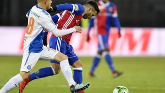 Petar Pusic von den Grasshoppers (links) gegen den Basler Renato Steffen: Nicht nur in dieser Szene lagen die Vorteile auf Seiten des FCB