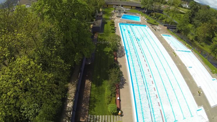 Das 50-Meter-Becken des Freibads in Suhr soll im Winter überdacht werden.