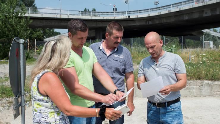 Vertreter der Fahrenden – Iris Graf, Mike Gerzner, David Hauser und Daniel Huber (rechts) – begutachten den künftigen Durchgangsplatz in Altstetten.Keystone