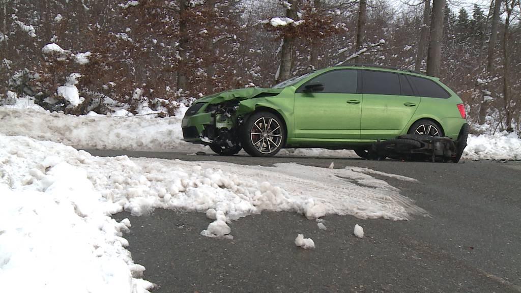 Motorrad kollidiert mit Auto: Ein Verletzter bei Frontalkollision in Lengnau (AG)