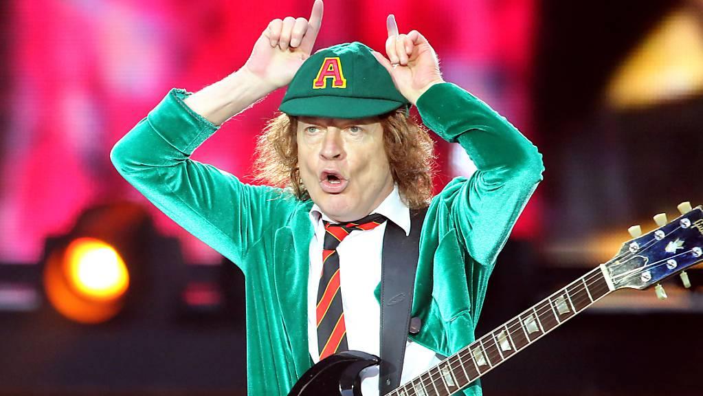 ARCHIV - AC/DC-Leadgitarrist Angus Young spielt beim Konzert von AC/DC mit dem neuen Album «Rock or Bust» in der Red Bull Arena in Leipzig. Foto: Jan Woitas/dpa-Zentralbild/dpa