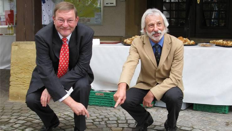 2009 haben der damalige Gemeindeammann Toni Mösch und Bürgermeister Joachim Böttinger aus Frickingen die Partnerschafts-Bronzetafel enthüllt.