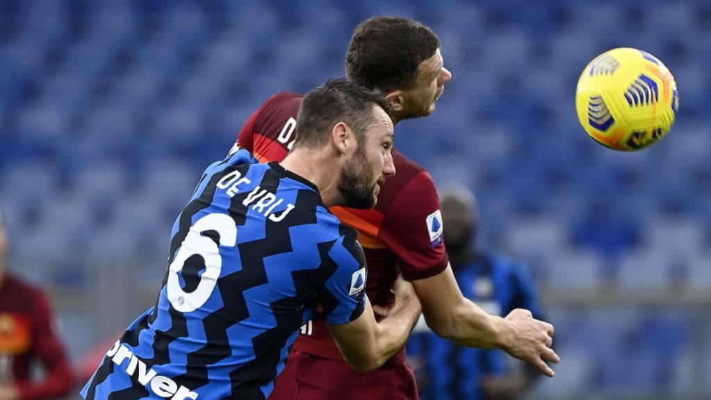 Ein ausgeglichenes Duell: AS Roma (Edin Dzeko/hinten) und Inter Mailand (Stefan de Vrij) trennen sich 2:2.