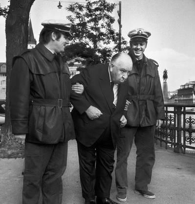 Zwei Polizisten stützen Hitchcock, der anlässlich der Premiere seines Films «Frenzy» im September 1972 Zürich besucht.