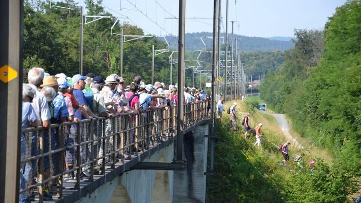 Wer in die andere Richtung wollte, musste zuerst einmal warten: Die Leserwanderer überqueren die Reuss bei Gebenstorf.