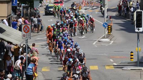 Durchfahrt durch Innenstadt; das Hauptfeld der Tour de Suisse.