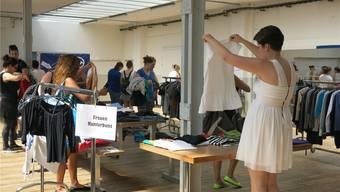 Es waren vor allem Frauen, die am letzten Walk-in Closet in Wohlen die Bleichi nach Kleiderschätzen durchforsteten. zvg