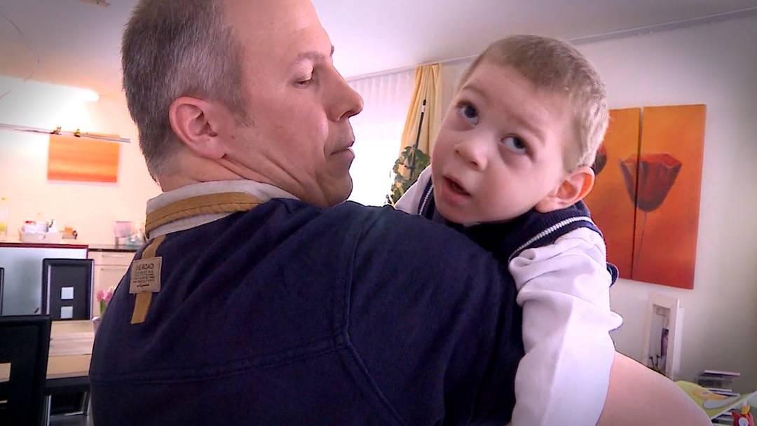 Ist der zweijährige Sandro wegen des Zika-Virus behindert? «Tele M1» hat die Freiämter Familie besucht.