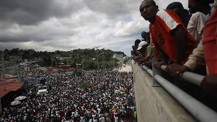 In der haitianischen Hauptstadt Port-au-Prince gingen am Wochenende tausende Menschen auf die Strasse. Sie forderten den Rücktritt von Präsident Jovenel Moïse.