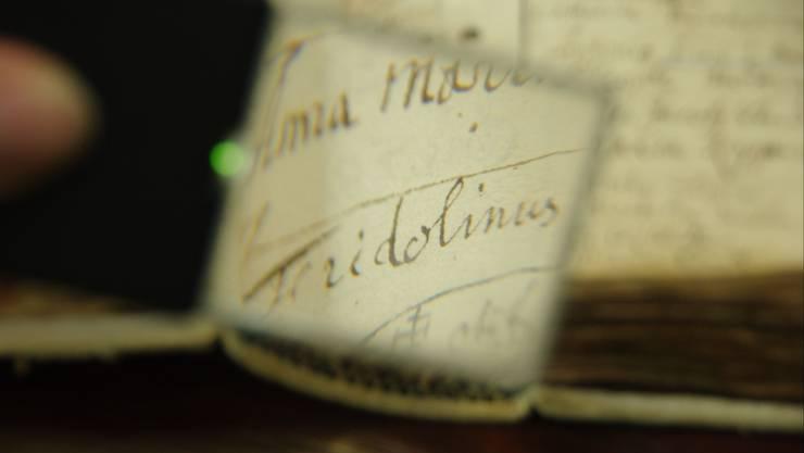 Der entscheidende Eintrag im Jahr 1695 berichtet von der Taufe eines Fridolinus Treyers.