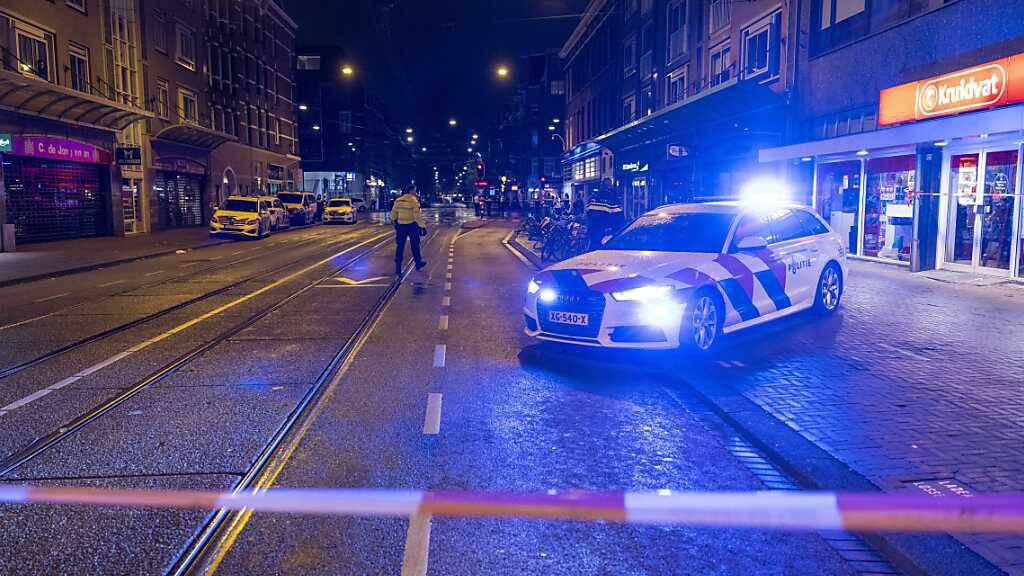 Rettungsdienste in Amsterdam, wo fünf Menschen durch Messerstiche verletzt wurden - eines der Opfer starb noch vor Ort. Foto: Michel Van Bergen/ANP/dpa