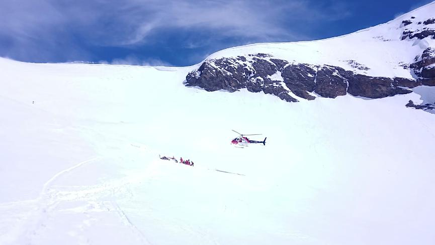 Auf rund 3400 Metern über Meer brach plötzlich eine Schneebrücke unter dem 43-Jährigen ein.