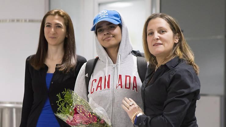 Rahaf Mohammed al-Kunun (Mitte) bei ihrer Ankunft am Flughafen von Toronto - empfangen von der kanadischen Aussenministerin Chrystia Freeland (rechts).