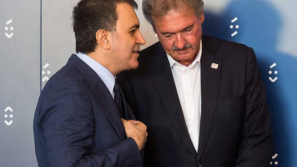 Der türkische Europaminister Ömer Celik im Gespräch mit dem luxemburgischen Aussenminister Jean Asselborn.