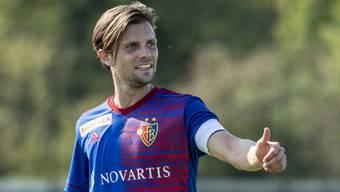 Daumen hoch: Captain Valentin Stocker bleibt dem FC Basel erhalten.