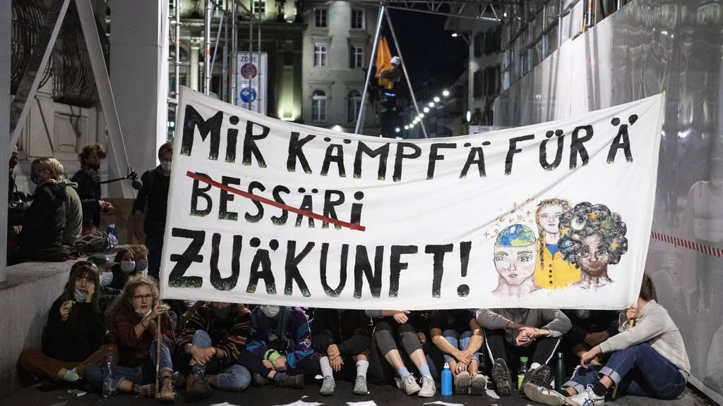 Zum Start der Aktionswoche besetzen Klimaaktivisten den Bundesplatz