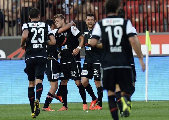 Torschütze Staubli: Die Spieler des FC Aarau freuen sich über den Führungstreffer zum 2-1 über GC
