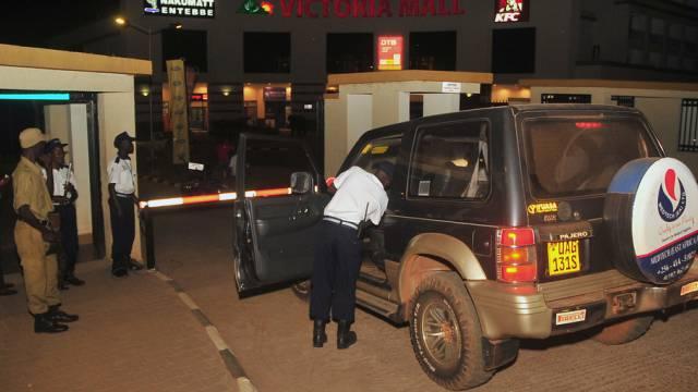Ugandische Polizisten kontrollieren ein Auto nahe des Flughafens