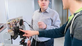 Rolf Vogt von der Berner Fachhochschule (BFH) (links) hat ein System entwickelt, das Personen durch Wände hindurch aufspüren kann. Dies könnte beispielsweise bei Rettungseinsätzen hilfreich sein.