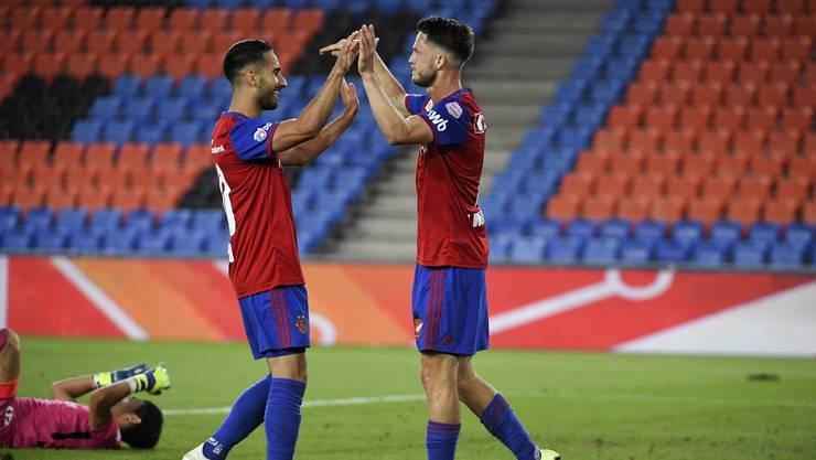 Zum dritten Mal in dieser Saison freuen sich die Spieler des FCB (hier Samuele Campo und Ricky van Wolfswinkel) über ein 4:0 im Klassiker gegen den FC Zürich.