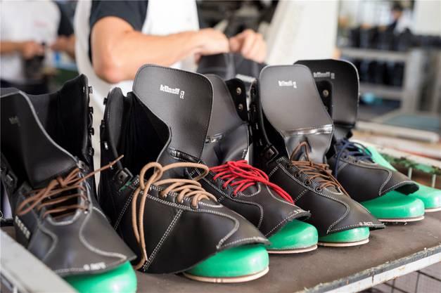 Künzli Schuhe hat auch Tradition: 1927 wird die Marke in Trimbach bei Olten gegründet und exportierte nach ganz Europa, in die USA, nach Asien. Mit dem Internethandel kommt die Marke ins Schleudern, die Produktion wird nach Albanien verlegt.