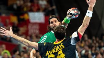 Der Spanier Morros (vorne) versucht gegen Ungarn Goalgetter Laszlo Nagy zu blocken