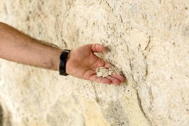 An manchen Stellen ist der Verputz so rissig geworden, dass er mit blossen Händen von der Wand gekratzt werden kann.