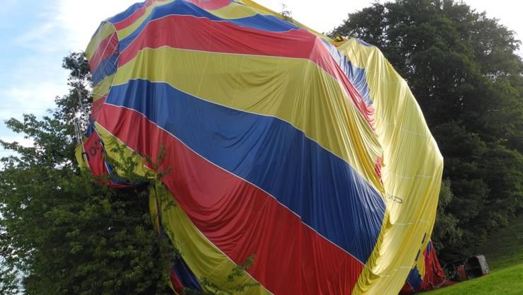 Die Sicherheitslandung einer Heissluftballon-Pilotin endet in einem Baum bei Schindellegi SZ.