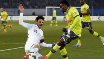 Wer packt es heute Abend? GC oder der FCZ? Im Bild FCZ-Verteidiger Mathieu Beda, links, gegen GC-Mittelfeldspieler Nzuzi Toko.