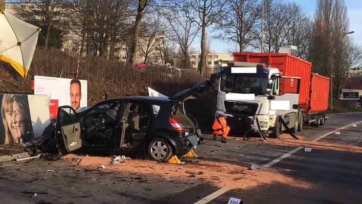 Die Lenkerin des Autos geriet aus noch unbekannten Gründen auf die Gegenfahrbahn und kollidierte dann mit dem Lastwagen.
