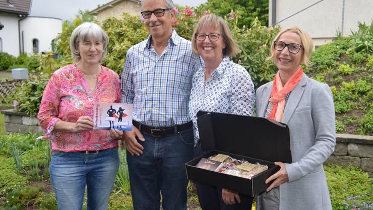 Zwei Alltagshelden, stellvertretend für viele: Für ihren selbstlosen Einsatz bedanken sich die Nachbarin Erika Schwitter (1.v.l.) und Iris Flückiger vom Aargauer Roten Kreuz (1.v.r) bei Margrit und Josef Fellmann mit einer Geschenkbox.