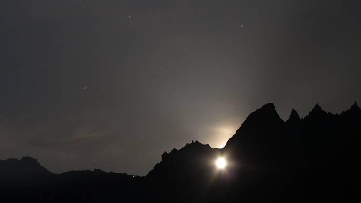 Seltenes Spektakel im Glarnerland: An einem einzigen Oktoberabend scheint dieses Jahr der Mond durch das Martinsloch über Elm.