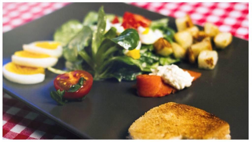 Nüsslisalat mit Ei, Tomaten, Lachsstreifen und Croutons