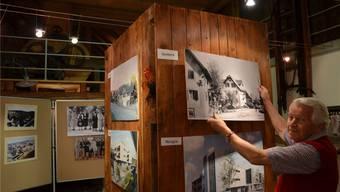 Bruno Käppeli hängt Fotos auf, die sehr anschaulich zeigen, wie stark sich das Dorf Merenschwand verändert hat und sich noch verändern wird.