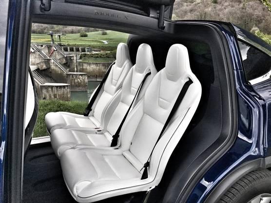 Bis zu sieben Personen sitzen im Model X - der Einstieg nach hinten erfolgt durch die nach oben öffnenden Türen bequem.