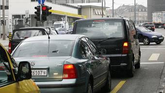 Wann kommt der erste Auto-Clip, in dem sich ein staubiger AlfaMerzBMWJaguar auf verstopften Strassen von Rotlicht zu Rotlicht quält, von 40-Tönnern ausgebremst wird und sich bei der Baustelle einen Lackkratzer holt?