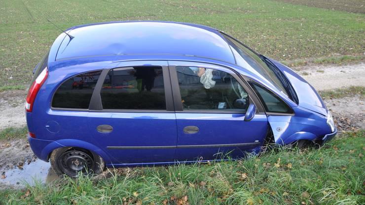 Bei der Kollision mit einem Begrenzugsstein verlor der Wagen ein Rad.