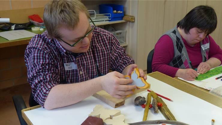 Voll bei der Sache: Im Werkatelier zeigte Roman, wie er Schmetterlinge aus Holz herstellt. Ingrid Arndt