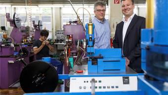 Geschäftsführer Marcel Giger (l.) und Mehrheitsaktionär Philipp Looser führen durch die Zeigerproduktion in der Grenchner Estima AG, deren Wurzeln bis auf 1924 zurückreichen.