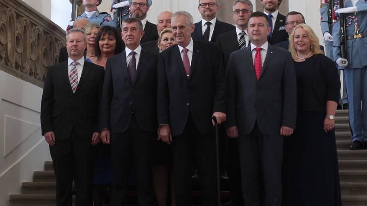 Posieren fürs Gruppenfoto: Tschechiens Präsident Milos Zeman (vorne Mitte) und Ministerpräsident Andrej Babis (vorne 2. v. l.) mit den übrigen Mitgliedern den neuen Kabinetts.